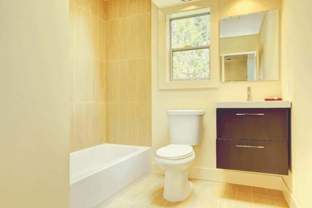 Bathroom With Toilet & Bathtub